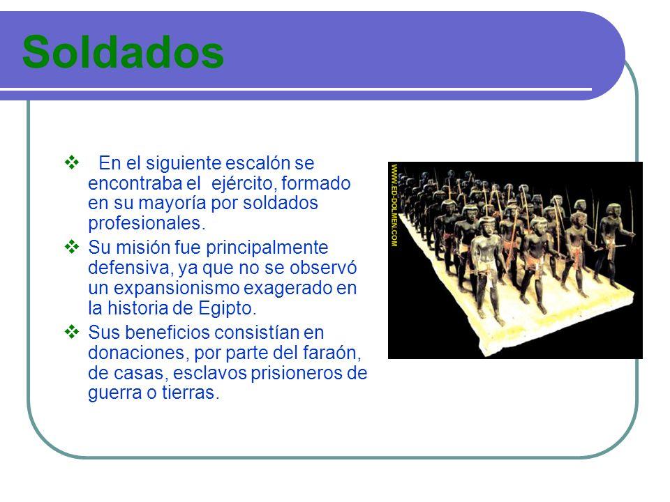 Soldados En el siguiente escalón se encontraba el ejército, formado en su mayoría por soldados profesionales. Su misión fue principalmente defensiva,