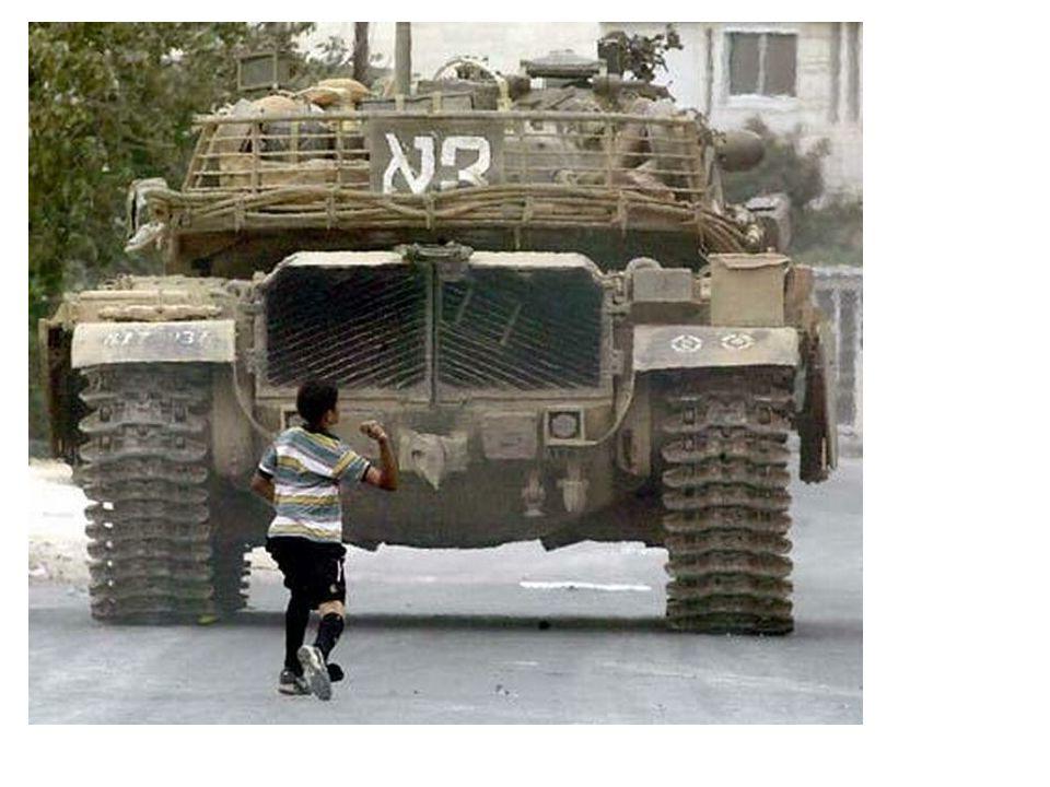 الانتفاضة الثانية Segunda intifada Esta se produse cuando el lider de la oposicion isreli ariel sharon visita el resinto exterior de la mesquita de al-alqsa, esto en pleno debate sobre el futuro de jerusalen eto crea una gran tencion lo que desemboca que a la hora de la oracion jovenes musulmanes atacaran a los fieles judios esto llevo a que las tropas israelies utilizaran y abrieran fuego real matando a 7 jovenes palestinos.
