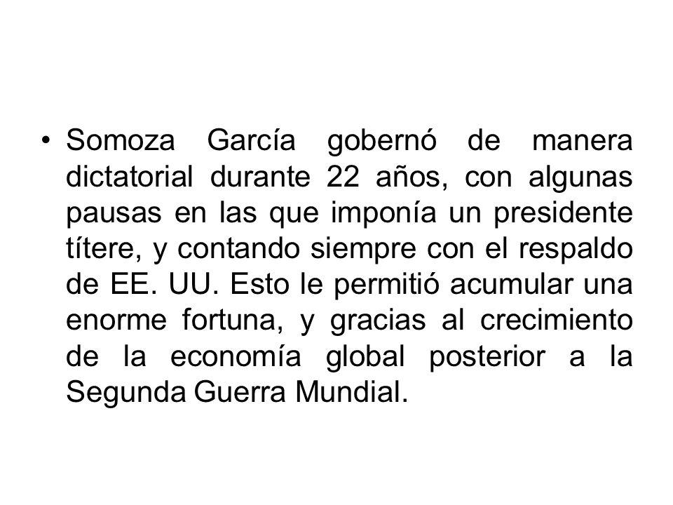 Somoza García gobernó de manera dictatorial durante 22 años, con algunas pausas en las que imponía un presidente títere, y contando siempre con el res