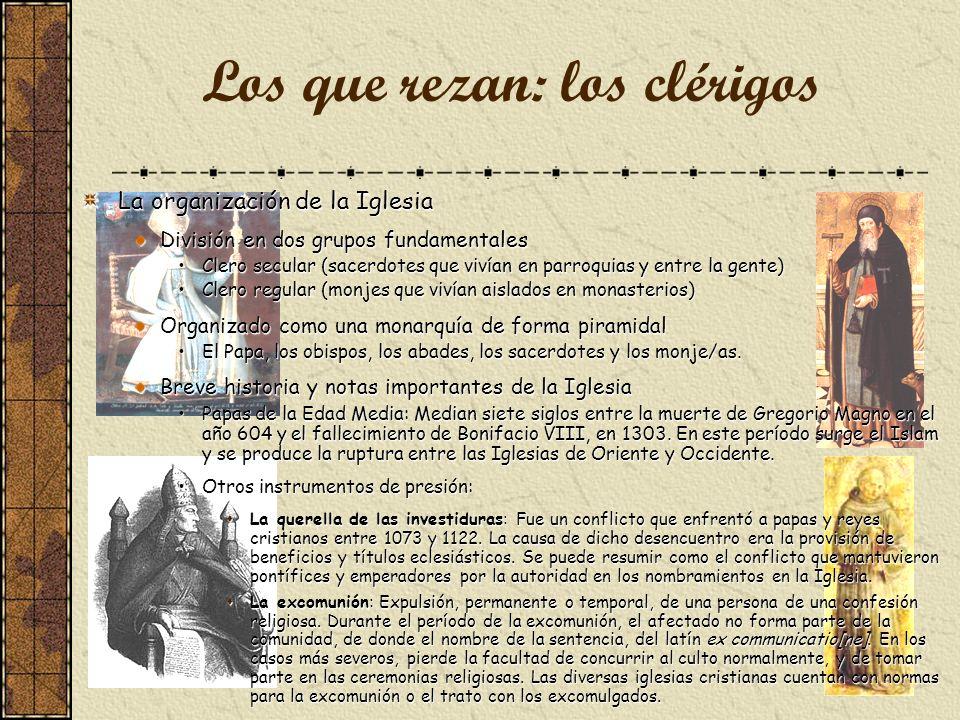 La organización de la Iglesia División en dos grupos fundamentales Clero secular (sacerdotes que vivían en parroquias y entre la gente)Clero secular (sacerdotes que vivían en parroquias y entre la gente) Clero regular (monjes que vivían aislados en monasterios)Clero regular (monjes que vivían aislados en monasterios) Organizado como una monarquía de forma piramidal El Papa, los obispos, los abades, los sacerdotes y los monje/as.El Papa, los obispos, los abades, los sacerdotes y los monje/as.
