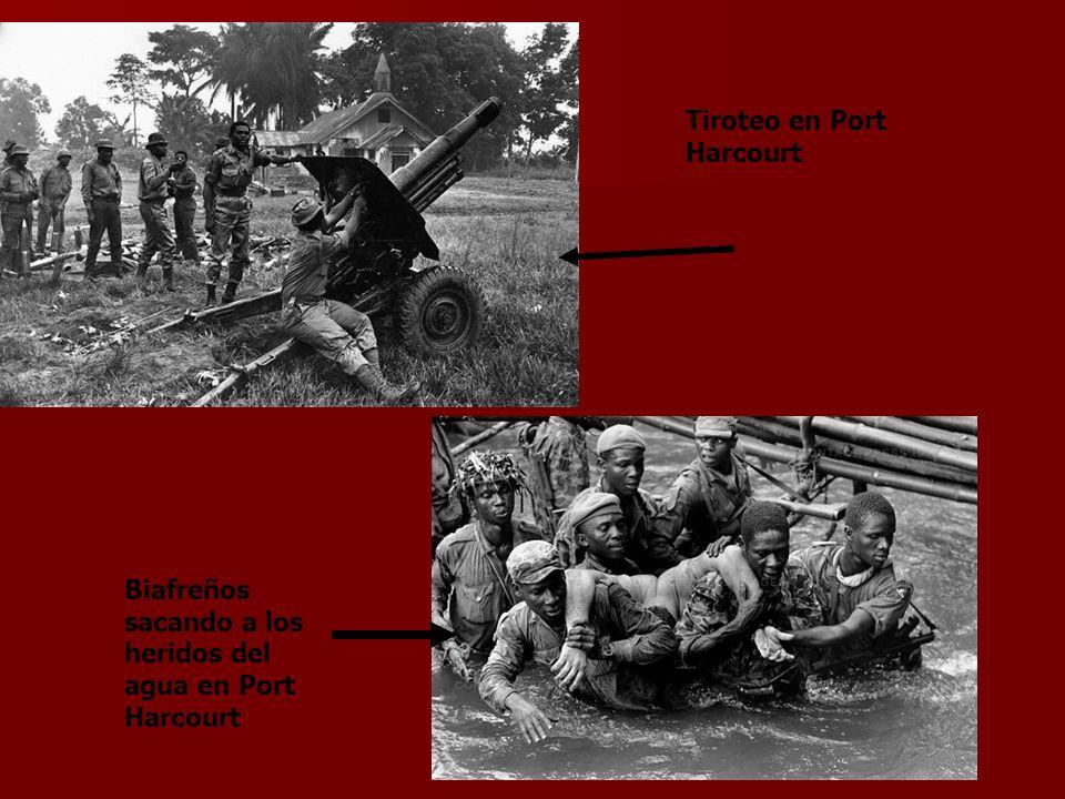 Tiroteo en Port Harcourt Biafreños sacando a los heridos del agua en Port Harcourt