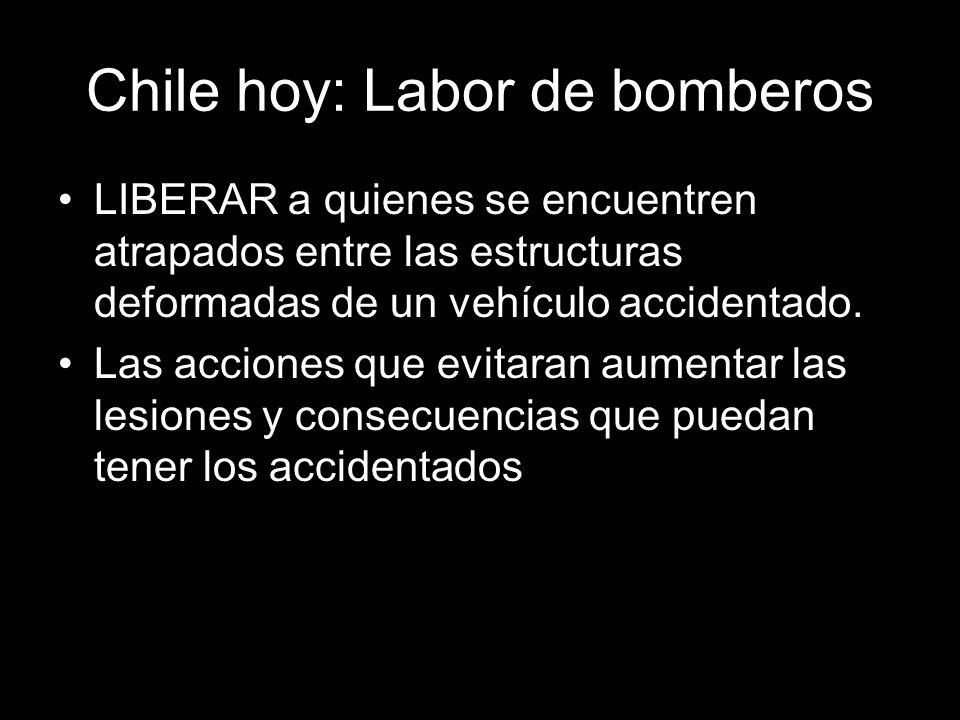 Chile hoy: Labor de bomberos LIBERAR a quienes se encuentren atrapados entre las estructuras deformadas de un vehículo accidentado.
