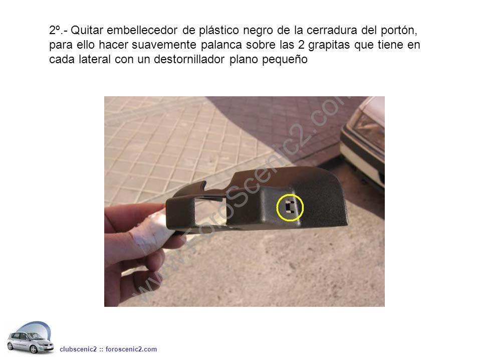 2º.- Quitar embellecedor de plástico negro de la cerradura del portón, para ello hacer suavemente palanca sobre las 2 grapitas que tiene en cada later