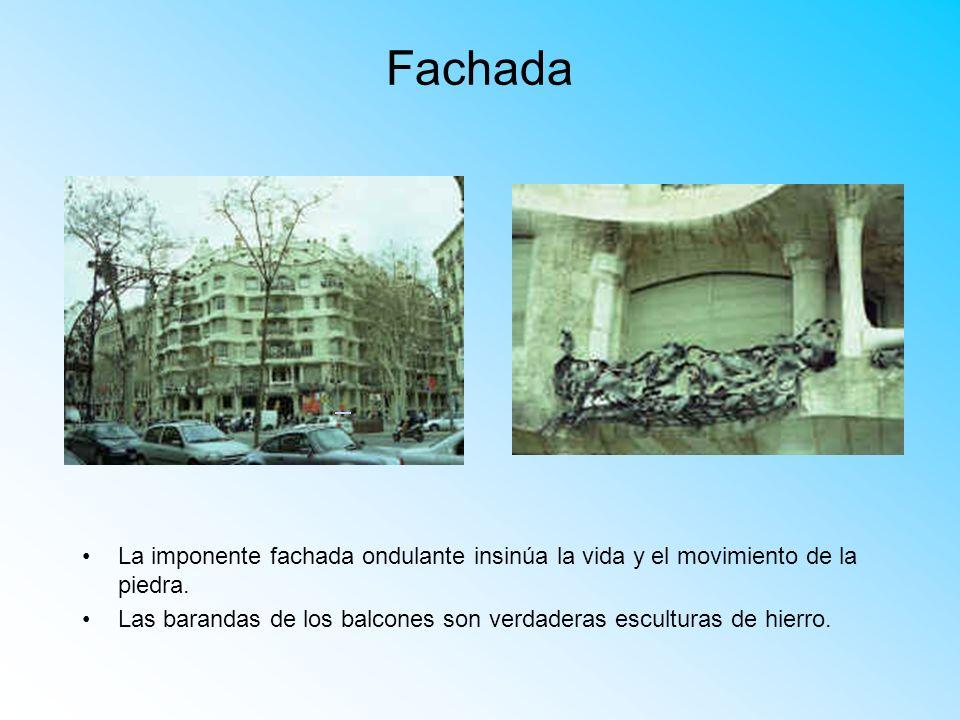 Fachada La imponente fachada ondulante insinúa la vida y el movimiento de la piedra. Las barandas de los balcones son verdaderas esculturas de hierro.