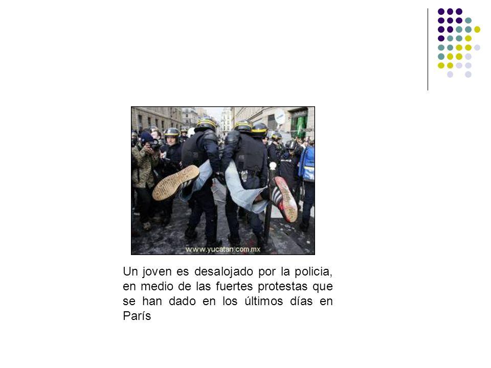 Un joven es desalojado por la policia, en medio de las fuertes protestas que se han dado en los últimos días en París