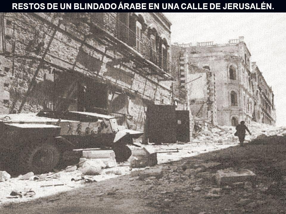 RESTOS DE UN BLINDADO ÁRABE EN UNA CALLE DE JERUSALÉN.
