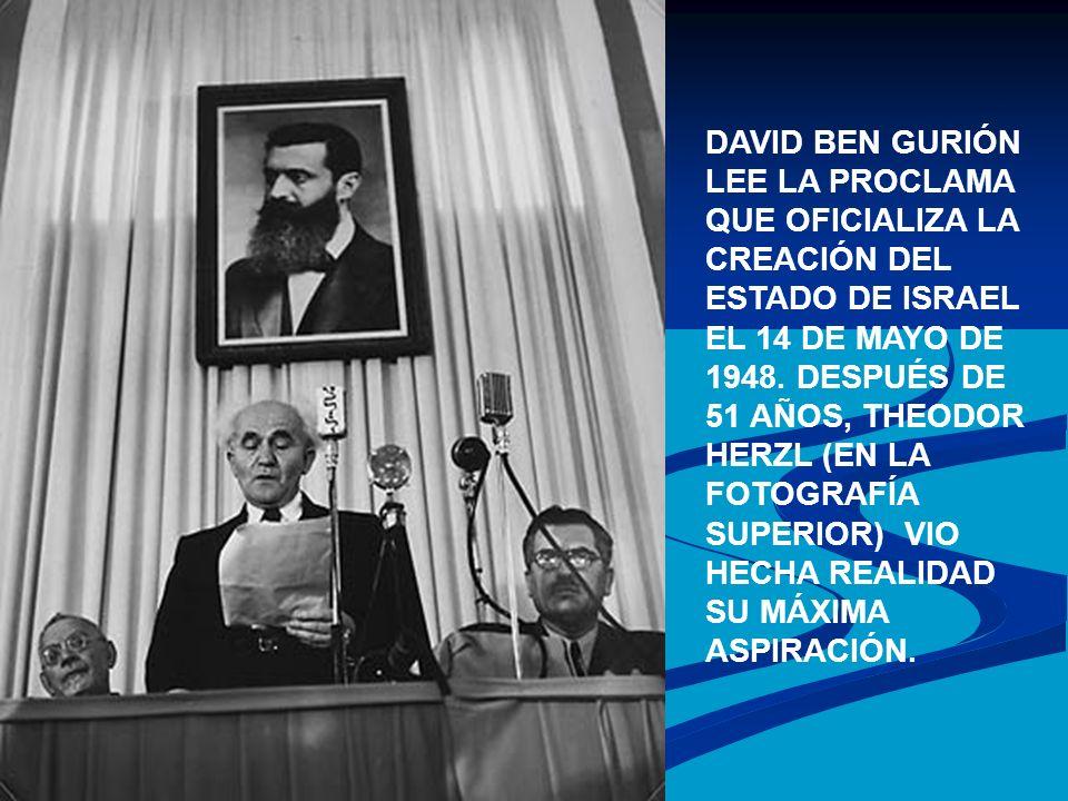 DAVID BEN GURIÓN LEE LA PROCLAMA QUE OFICIALIZA LA CREACIÓN DEL ESTADO DE ISRAEL EL 14 DE MAYO DE 1948. DESPUÉS DE 51 AÑOS, THEODOR HERZL (EN LA FOTOG