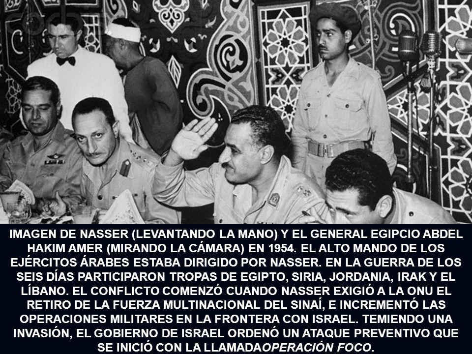 IMAGEN DE NASSER (LEVANTANDO LA MANO) Y EL GENERAL EGIPCIO ABDEL HAKIM AMER (MIRANDO LA CÁMARA) EN 1954. EL ALTO MANDO DE LOS EJÉRCITOS ÁRABES ESTABA