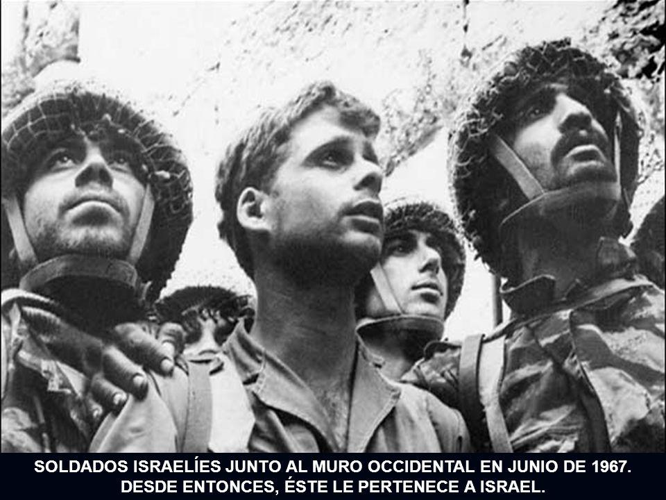 SOLDADOS ISRAELÍES JUNTO AL MURO OCCIDENTAL EN JUNIO DE 1967. DESDE ENTONCES, ÉSTE LE PERTENECE A ISRAEL.