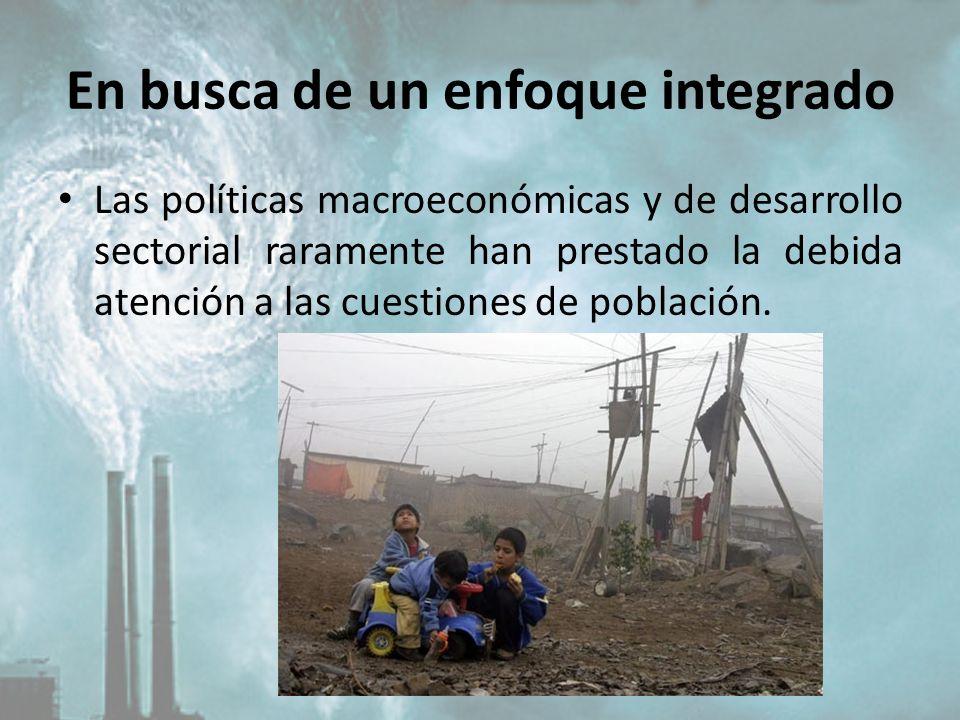 En busca de un enfoque integrado Las políticas macroeconómicas y de desarrollo sectorial raramente han prestado la debida atención a las cuestiones de