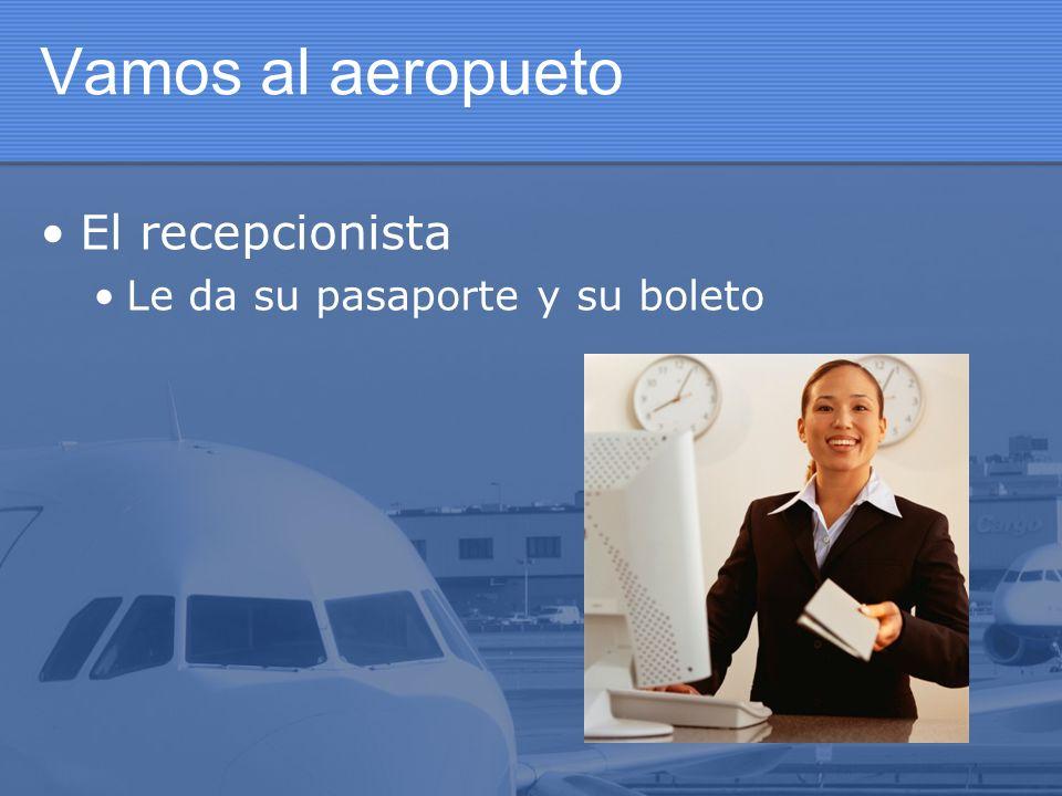 Vamos al aeropueto El recepcionista Le da su pasaporte y su boleto