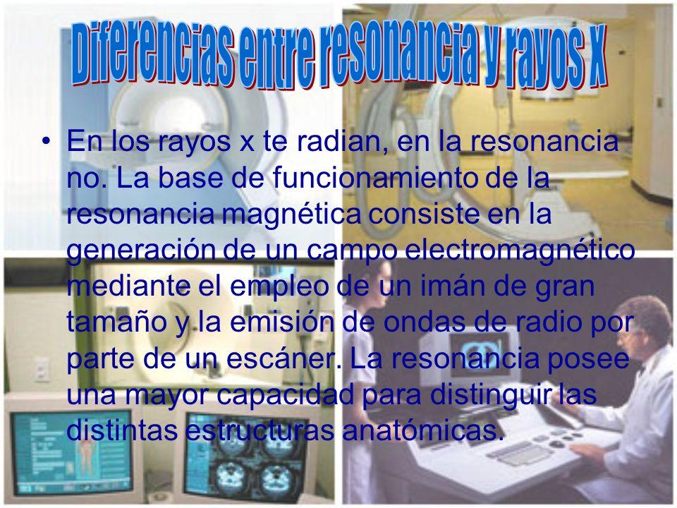 En los rayos x te radian, en la resonancia no. La base de funcionamiento de la resonancia magnética consiste en la generación de un campo electromagné