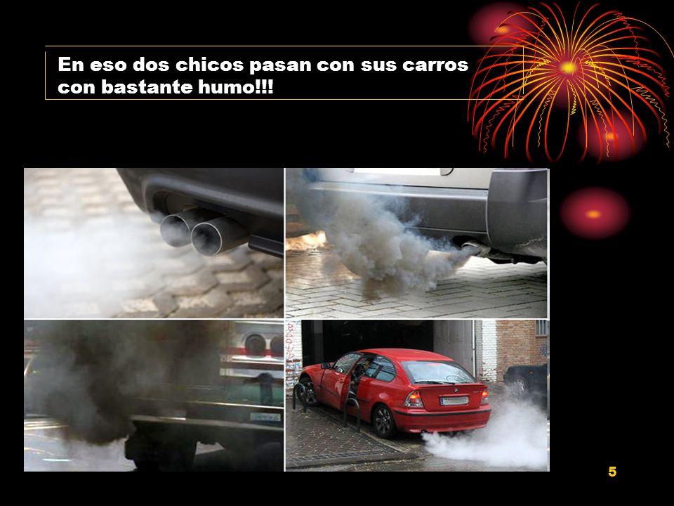 5 En eso dos chicos pasan con sus carros con bastante humo!!!