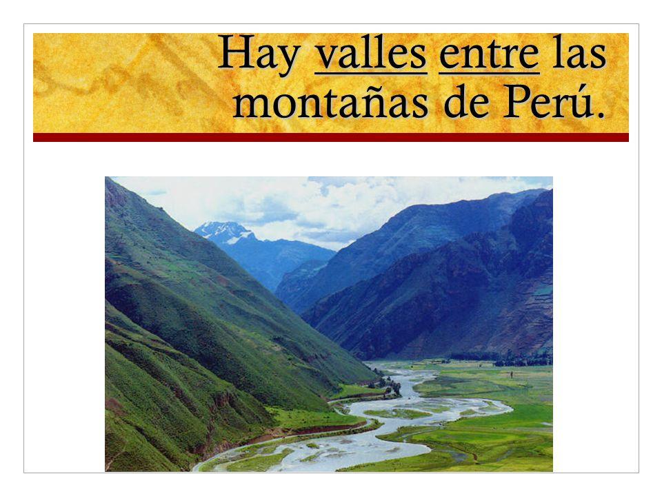Hay valles entre las montañas de Perú.