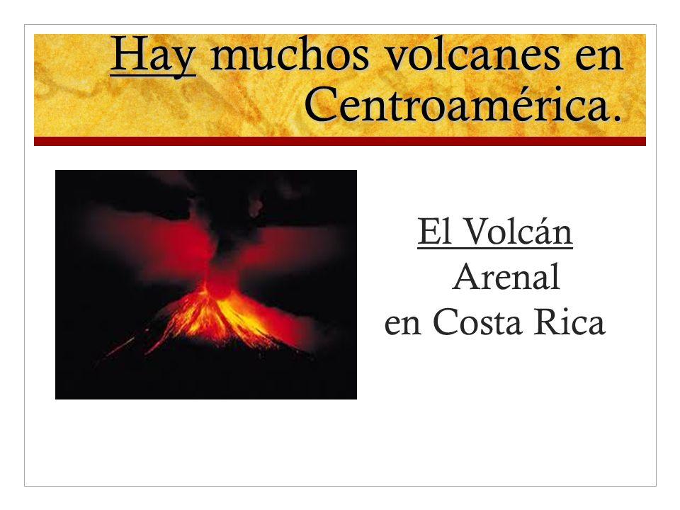 Hay muchos volcanes en Centroamérica. El Volcán Arenal en Costa Rica
