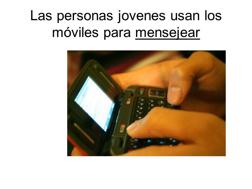 Las personas jovenes usan los móviles para mensejear
