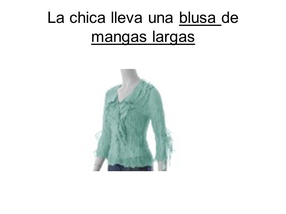 La chica lleva una blusa de mangas largas
