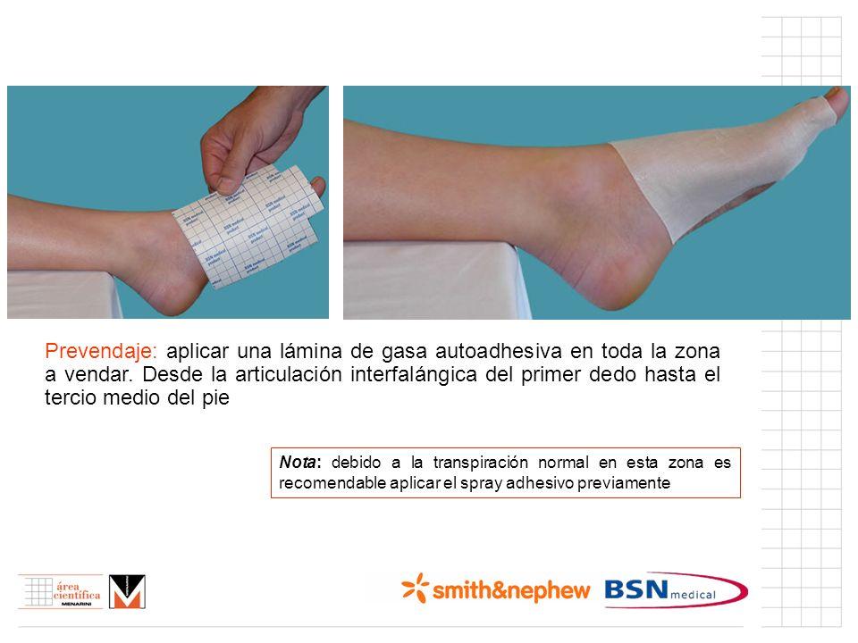 Prevendaje: aplicar una lámina de gasa autoadhesiva en toda la zona a vendar. Desde la articulación interfalángica del primer dedo hasta el tercio med