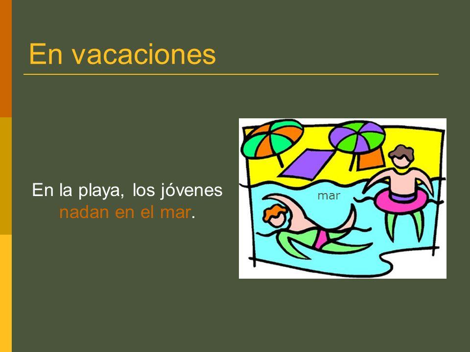 En vacaciones En la playa, los jóvenes nadan en el mar. mar