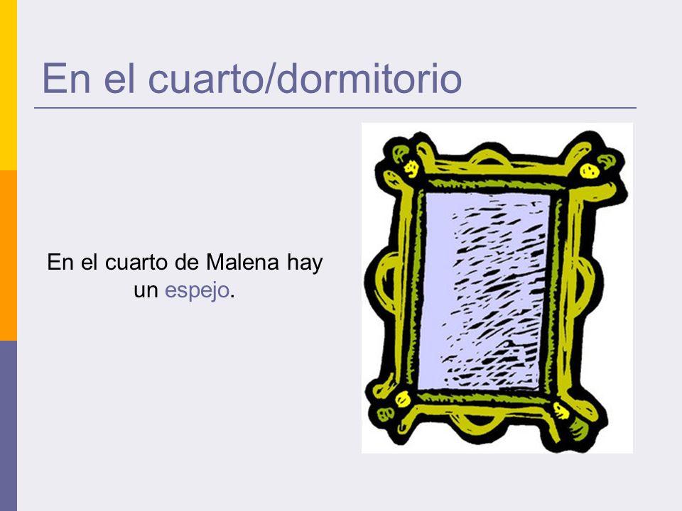 En el cuarto/dormitorio En el cuarto de Malena hay un espejo.