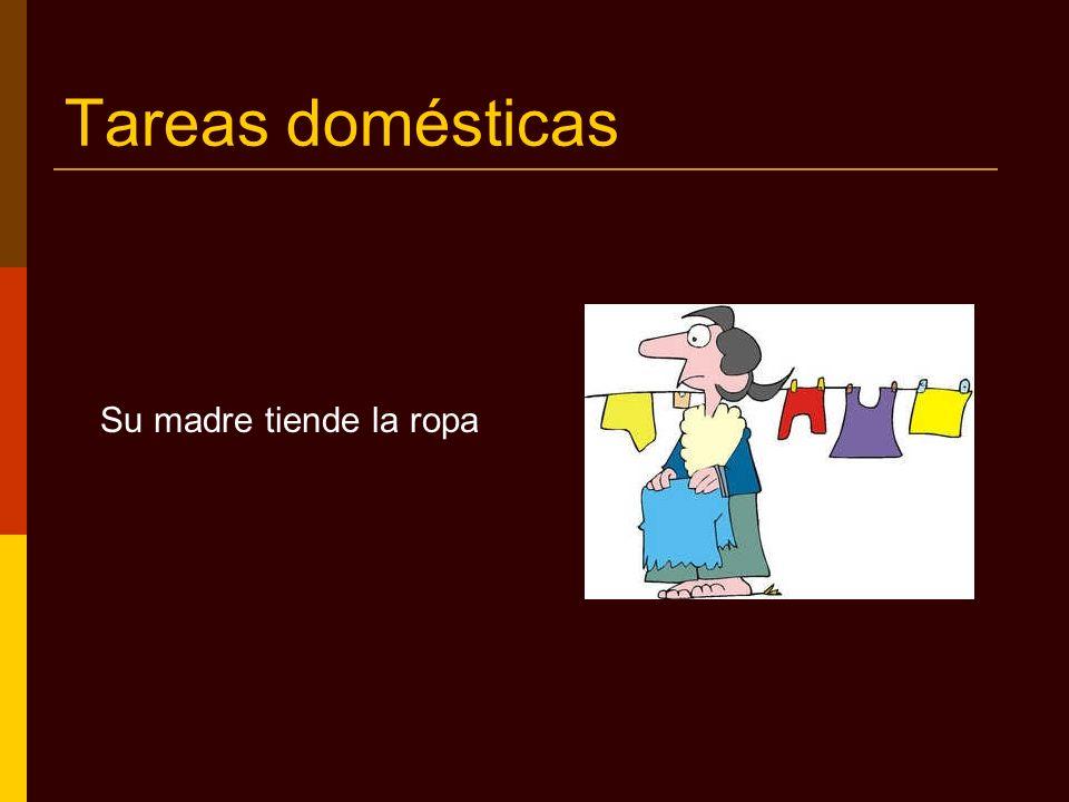 Tareas domésticas Su hermana dobla la ropa cuando está seca