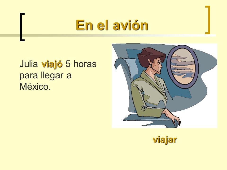 En el avión viajar viajó Julia viajó 5 horas para llegar a México.