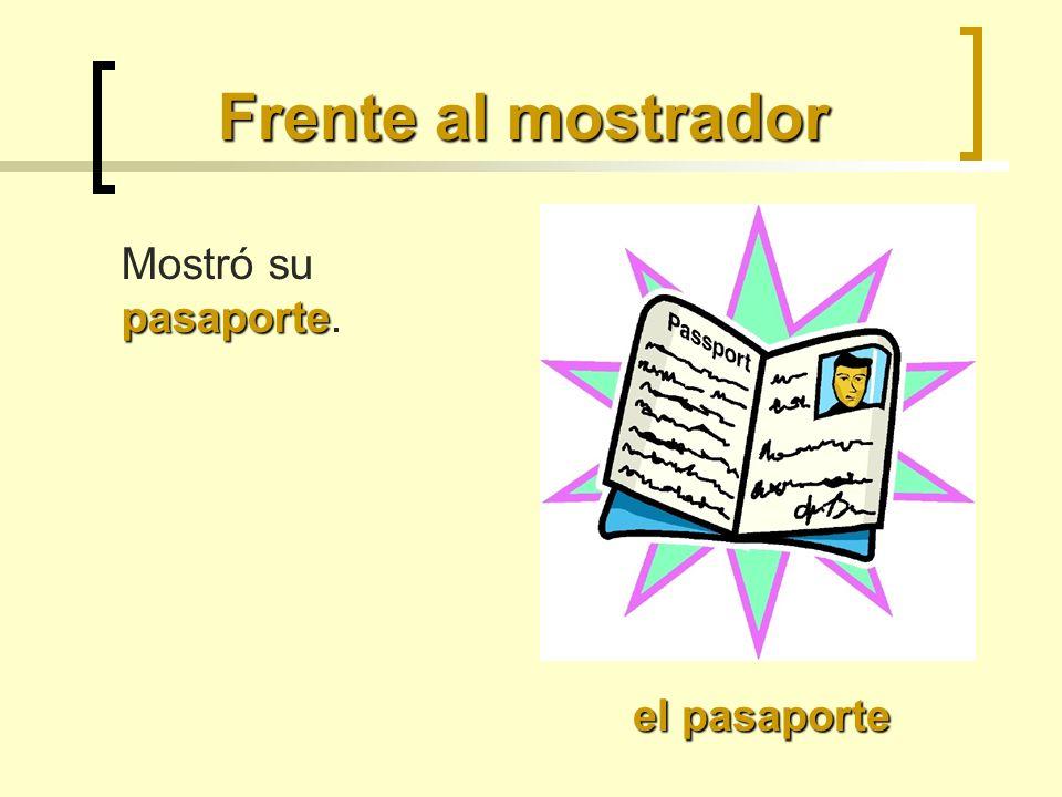 Frente al mostrador pasaporte Mostró su pasaporte. el pasaporte
