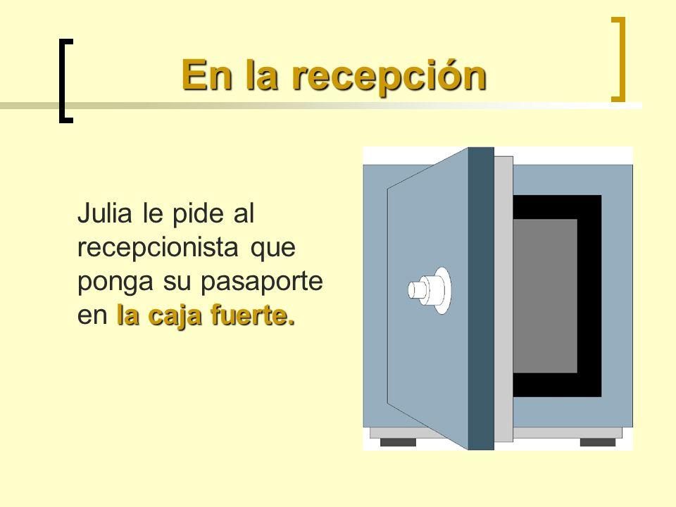 En la recepción la caja fuerte. Julia le pide al recepcionista que ponga su pasaporte en la caja fuerte.