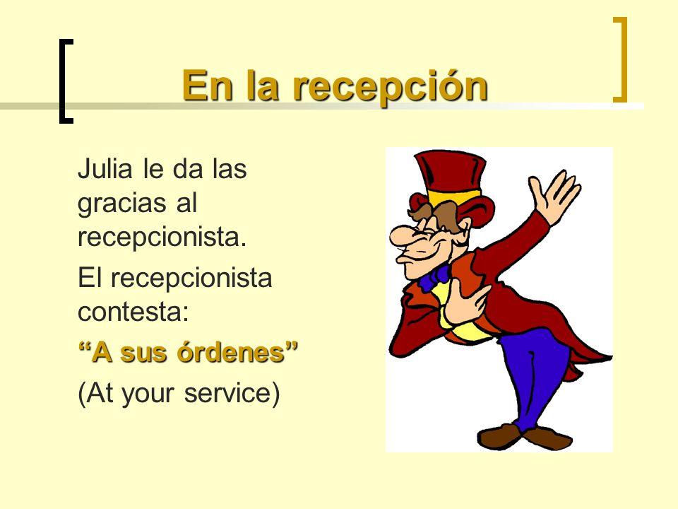 En la recepción Julia le da las gracias al recepcionista. El recepcionista contesta: A sus órdenes (At your service)