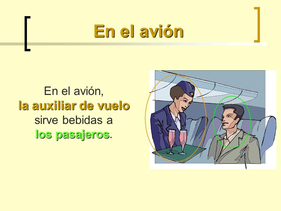 En el avión la auxiliar de vuelo los pasajeros En el avión, la auxiliar de vuelo sirve bebidas a los pasajeros.