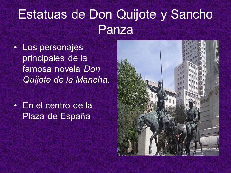 Estatuas de Don Quijote y Sancho Panza Los personajes principales de la famosa novela Don Quijote de la Mancha. En el centro de la Plaza de España