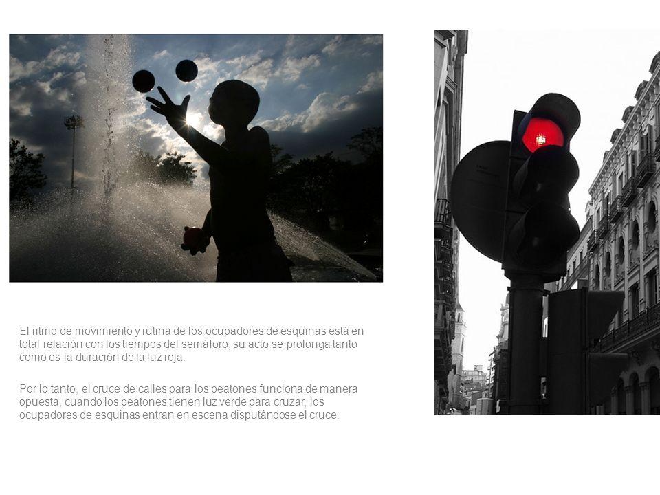 El ritmo de movimiento y rutina de los ocupadores de esquinas está en total relación con los tiempos del semáforo, su acto se prolonga tanto como es la duración de la luz roja.