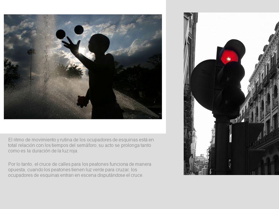 El ritmo de movimiento y rutina de los ocupadores de esquinas está en total relación con los tiempos del semáforo, su acto se prolonga tanto como es l