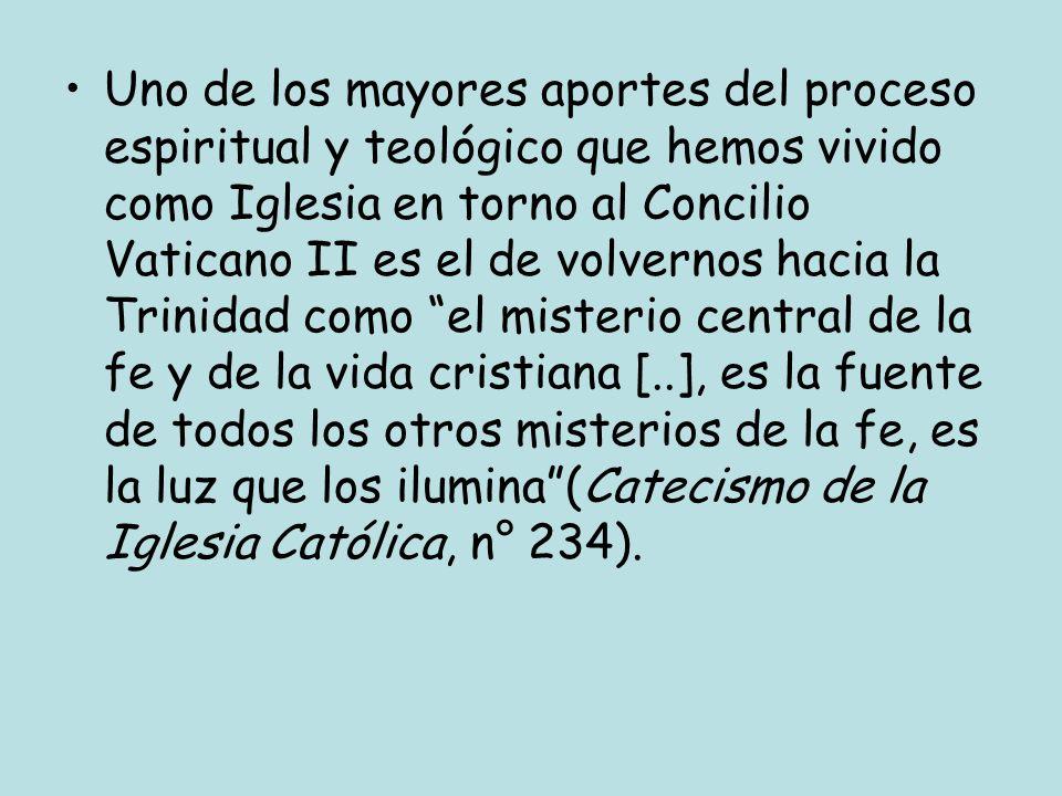 LA RENOVACIÓN ECLESIOLÓGICA: LA CONSTITUCIÓN LUMEN GENTIUM El Concilio Vaticano II fundando toda su reflexión sobre la Iglesia en el misterio de la Trinidad, abriendo así el rumbo de lo que se ha llamado eclesiología de comunión (koinonía) en el vínculo del misterio de Dios Uno y Trino que habita en nosotros: Así se manifiesta la Iglesia como una muchedumbre reunida por la unidad del Padre y del Hijo y del Espíritu Santo (LG 4)