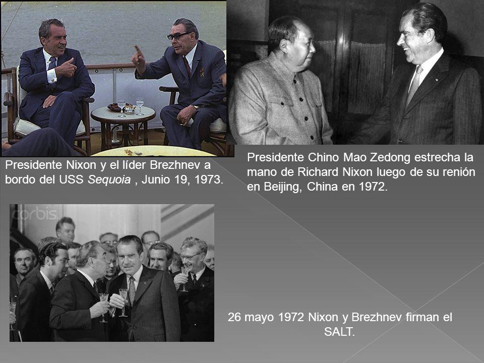 Presidente Nixon y el líder Brezhnev a bordo del USS Sequoia, Junio 19, 1973. Presidente Chino Mao Zedong estrecha la mano de Richard Nixon luego de s