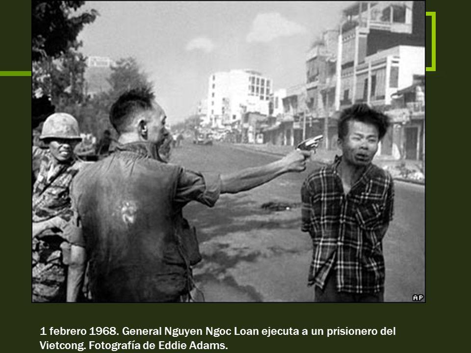 Niña Tran Thie Het Nhanny y su hermano en las calles de Saigón. 1973. Fotografía de Chick Harrity.