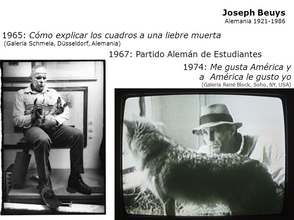 Joseph Beuys Alemania 1921-1986 1965: Cómo explicar los cuadros a una liebre muerta (Galería Schmela, Düsseldorf, Alemania) Durante la acción Beuys es
