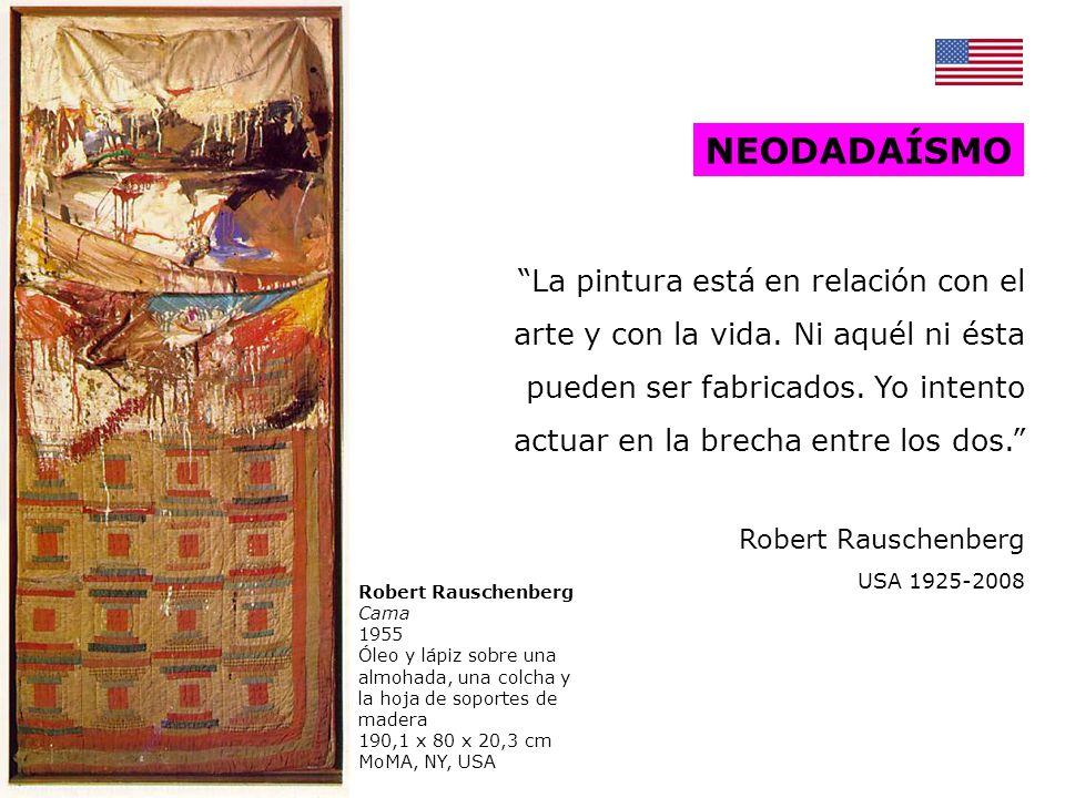 Robert Rauschenberg Odalisca 1955-58 Combine painting, madera, tela, alambre, paja, papel, fotos, metal, gallo disecado, 4 bombillas.