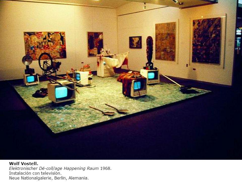 Wolf Vostell. Elektronischer Dé-coll/age Happening Raum 1968. Instalación con televisiòn. Neue Nationalgalerie, Berlín, Alemania.