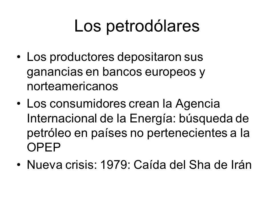 Los petrodólares Los productores depositaron sus ganancias en bancos europeos y norteamericanos Los consumidores crean la Agencia Internacional de la