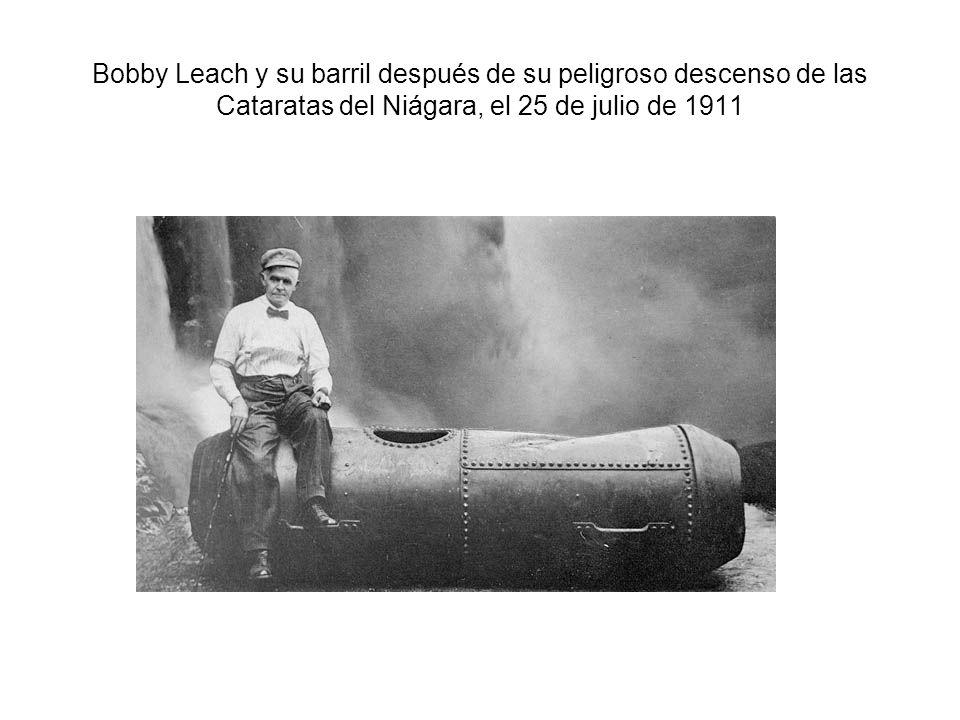 Bobby Leach y su barril después de su peligroso descenso de las Cataratas del Niágara, el 25 de julio de 1911