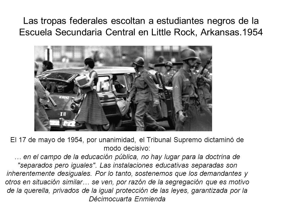 Las tropas federales escoltan a estudiantes negros de la Escuela Secundaria Central en Little Rock, Arkansas.1954 El 17 de mayo de 1954, por unanimida
