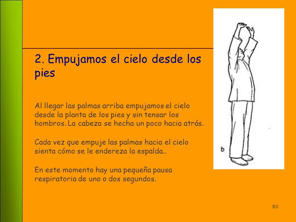 49 1.Inicio del ejercicio Llevamos las palmas de las manos al frente paralelas al suelo (los dedos de cada mano se apuntan entre si) y levantamos los