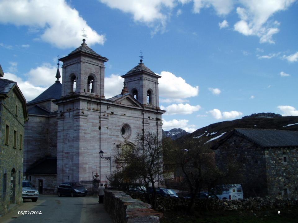 La iglesia, construida en el camino de entrada al pueblo, tiene aire herreriano y constituye una obra monumental de gran sencillez y austeridad. El ar