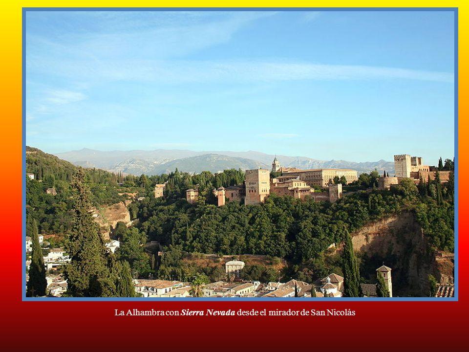 La Alhambra con Sierra Nevada desde el mirador de San Nicolás