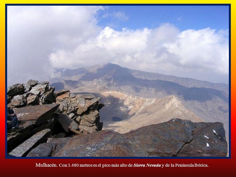 Sierra Nevada es un macizo montañoso perteneciente a los sistemas Penibéticos y situado en Andalucía, España, que se extiende por la zona centro-sures