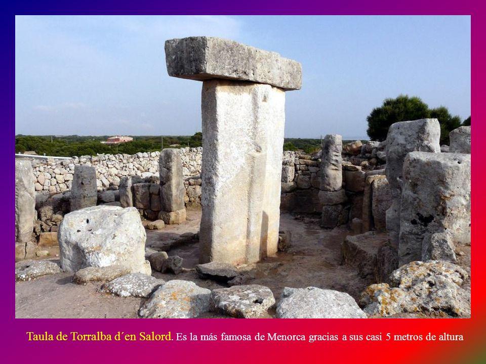 TORRALBA D´EN SALORD: Es el yacimiento por excelencia de Menorca por la perfección de su taula y su recinto. Cronológicamente se sitúa entre el año 1.