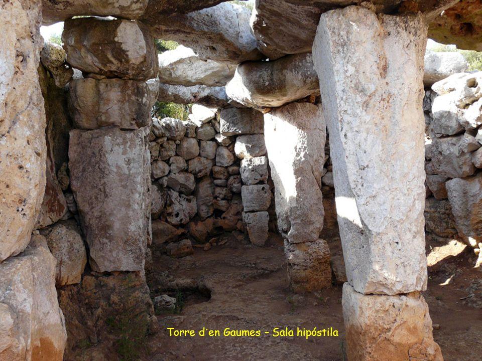 Torre d´e Gaumes o Galmés. Este poblado está situado en una colina desde la cual se observa gran parte del sur de Menorca y ver Mallorca en los días m