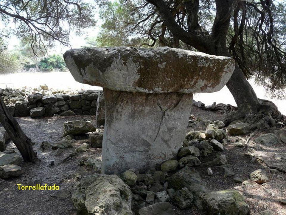 Torrellafuda. Es el poblado prehistórico más conocido de Menorca. Está situado sobre el km 37 de la carreta que va de Maó a Ciutadella. A poca distanc