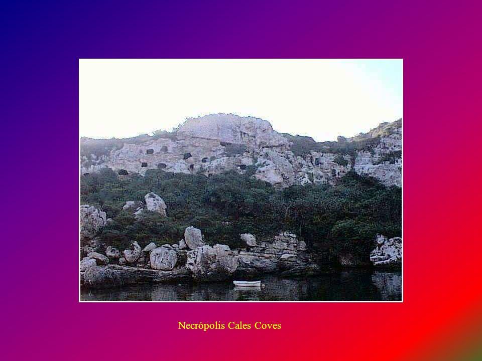 Cales Coves La Necrópolis de Cales Co ve s, presenta unas cien cuevas de enterramiento. Está situada en la carretera de San Climent a Cala en Porter,